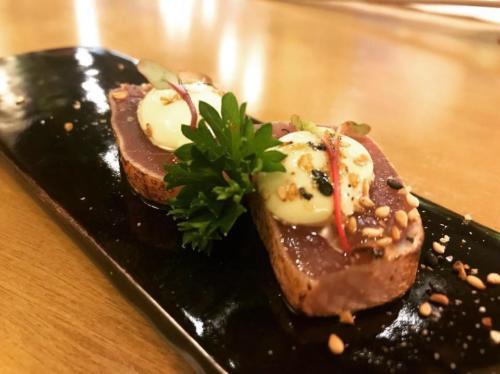 Atum selado com creme de wasabi, uma das etapas do Omakase